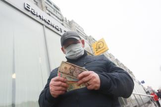 Поздняк метаться: казанцам не советуют покупать и продавать доллары