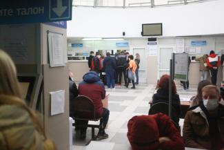 «Кругом вирусы, а мы тут толпимся!»: из-за технического сбоя казанцы снова маются в очередях в ГИБДД