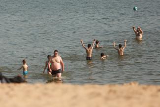 «К каждому не приставишь полицейского»: мэр призвал изнывающих от жары казанцев воздержаться от купания