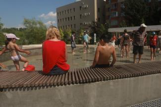 «Залезают в бассейны и в них сидят»: казанцы - о рецептах выживания в жару