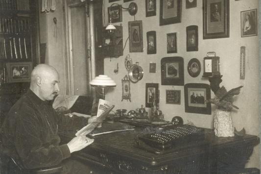Арнольд Иванович Бренинг в своем кабинете