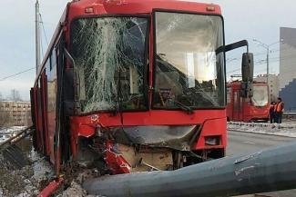 Водитель казанского автобуса, врезавшегося в столб, утверждает, что причиной аварии стал кусок льда на дороге