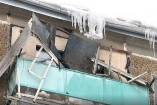 «Сами виноваты»: в Казани жилищники не хотят отвечать за рухнувший от снега козырек балкона