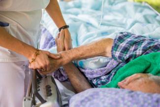 «Привезли в больницу на своих ногах, а забрали при смерти»: родственники пациента ковидного госпиталя в Татарстане пожаловались на врачей в Минздрав РФ