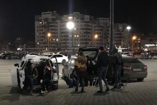 «Наверное, скоро и отсюда погонят»: молодежь с кальянами оккупировала парковку у казанской «Чаши»