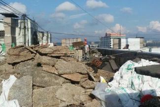 Для обитателей многоэтажки на Чуйкова капремонт закончился бетоном в розетках и ударом молнии