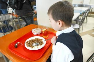 Или первое, или второе: казанских школьников по просьбам родителей накормят дешевыми обедами