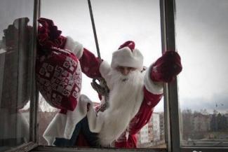 Деды Морозы по вызову готовы лезть к казанцам в окна