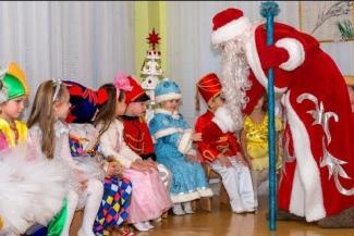 Бородатые воспиталки, несудимые отцы... Казанским детсадам требуются Деды Морозы