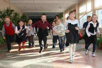 В столовых казанских школ передвинули мебель, чтобы дети могли быстрее добежать до горячего обеда