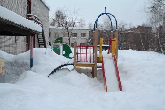 В снежную зиму воспитатели превращаются... в дворников!