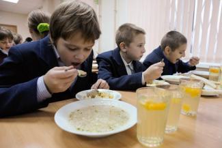 «Им уже и фрукты не нужны!»: казанским школярам будут прививать любовь к рыбе и морковке и ненависть к сосискам