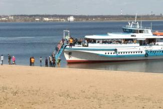 «Мы вам не такси!»: пассажиров казанского теплохода высадили в воду