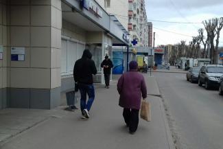 «А мне штраф все равно нечем платить»: в режим самоизоляции ближайшие магазины устроили не всех казанцев