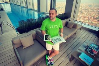 «Ищут давно, но не могут найти»: обманщик богатеньких «буратин» из Татарстана, объявленный в международный розыск, преспокойно прожигает их деньги в Турции
