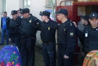 В Альметьевске силой выселили людей из аварийного дома: чиновник и жильцы обвиняют друг друга в рукоприкладстве