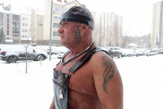 Он не из порно, он другой: казанский брутал в кожаном комбинезоне коротает зимние вечера с Зайкой