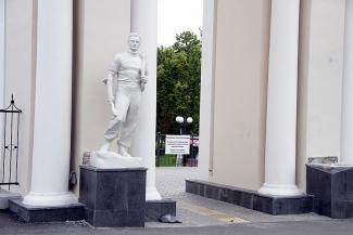 Привет, цветмет! В казанский парк «Крылья Советов» вернулась статуя геолога из алюминия