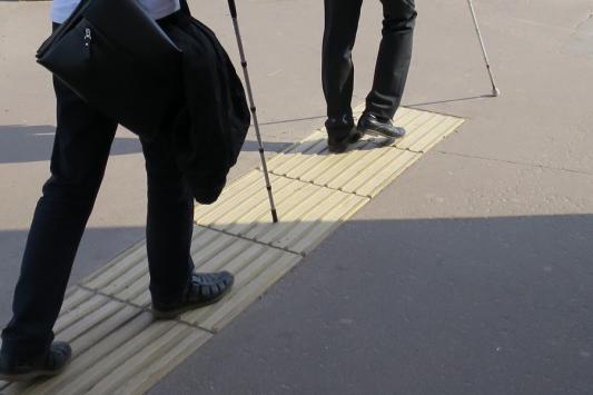 Тактильные плитки в Казани: слепым не помогают, зрячим мешают