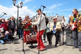 БГ в Казани: днем пел в Кремле, а на вечернем концерте угощал зрителей бананами