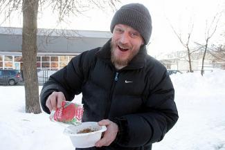 «А перец ношу с собой»: «Добрый фудтрак» в Казани кормит бедняков и халявщиков бесплатным супом