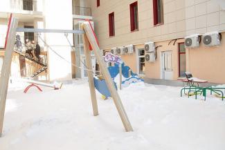 «Окна прорубили и нас не спросили!»: жильцы элитной многоэтажки в центре Казани воюют против строительства хостела в их доме