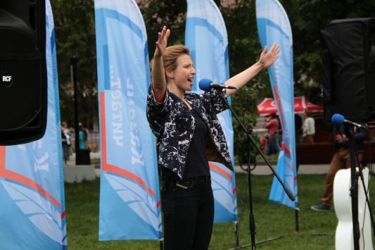 Яна Чурикова в парке Горького читала стихи, а Адель Вафин - роман