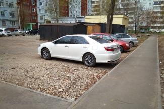 «Оскорблял и посылал»: жильцы казанской многоэтажки ищут управу на соседа, благоустроившего двор парковкой