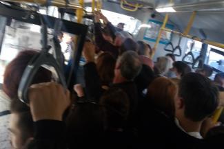 «Просто невыносимо уже терпеть»: водители казанских автобусов рванули в таксисты, а горожане часами стоят на остановках