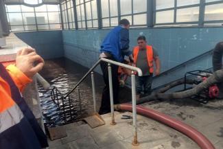 «Почему-то с ближайших улиц вода потекла именно сюда»: казанские коммунальщики думают, что делать с подземным переходом, который превратился в бассейн