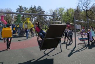 В казанском парке качели для инвалидов убили ребенка