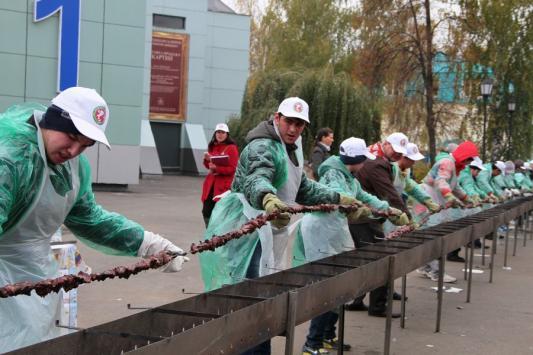 Казанцев угостили самым длинным в мире шашлыком