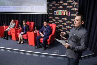 «Сейчас к нам едут узбеки и азербайджанцы»: в КФУ обсудили проблемы «мигрантских» школ
