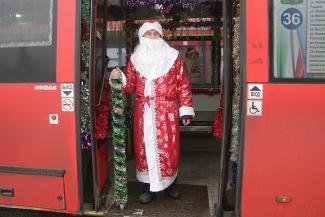 С остановки - прямо в сказку: в Казани Дед Мороз сел за руль красного автобуса