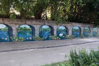 Там лилии цветут: серую стену в казанском дворе превратили в идеальный пейзаж для селфи