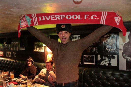 Российские фанаты «Ливерпуля» угощали британских водкой в казанских барах
