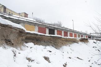 Ни проехать ни пройти: в Казани частные гаражи падают вместе с берегом в Адмиралтейский пруд