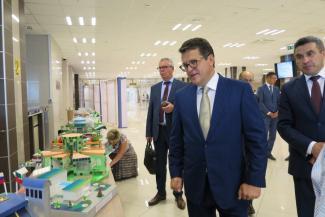 Родители в Казани бунтуют против слияния школ, а Ильсур Метшин обещает им «синергетический эффект»