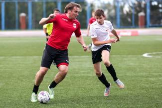 В Казани мальчишки сыграли в футбол со звездами