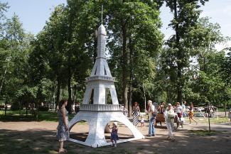 Круассаны по 50 рублей и огрызок Эйфелевой башни: в Казани не смогли прорубить «Окно в Париж»