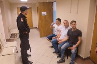 «Типа я главный организатор»: за вчерашнюю акцию Навального в Казани наказали тех, кто проходил мимо?