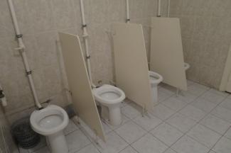 «Стыдно, когда видно»: школьники в Казани вынуждены какать на глазах у одноклассников в туалетах без дверей