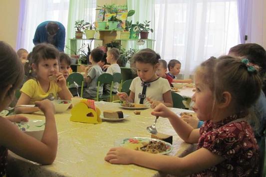 Званый обед в казанском детсаду: мясной гуляш, много соли и фотокамер