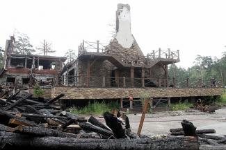 В Казани начали разбирать «скелет» сгоревшего ресторана «Нарат»