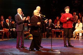 В честь юбилея Камаловского театра трезвенник Славутский выпил водки