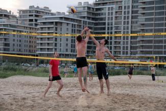 Пляжный волейбол в Казани: можно за деньги, а можно и так - сетку для корта закинув в рюкзак