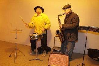 В джазе только дедушки: меланхоличный саксофонист и отвязный барабанщик поднимают настроение казанцам в подземных переходах