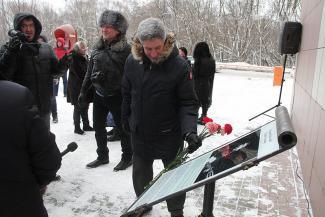 Здесь пел Высоцкий: памятную доску с именем легенды в Казани установили подальше от входа в МЦ