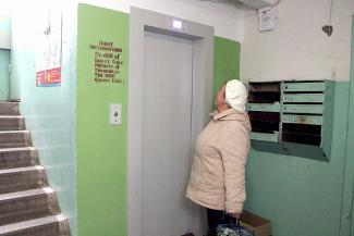 Новые лифты в казанских многоэтажках стоят, а жильцы ходят пешком