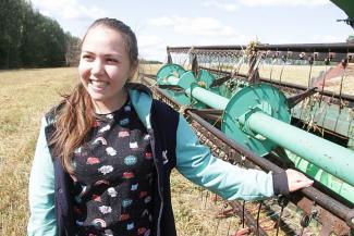 Казанская студентка не сидит часами в онлайне, а вкалывает на комбайне